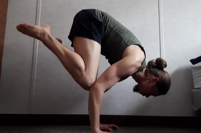 The best exercises how to learn a handstand, the tuck handstand is one of them!